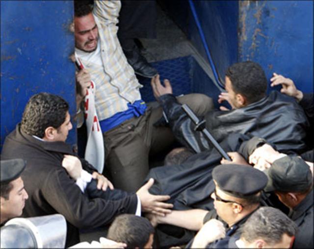 الأمن يحبط مظاهرتين بالقاهرة لمناصرة غزة ويمنع التصوير