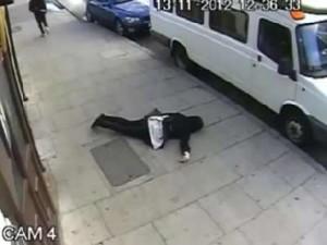 بالفيديو.... بريطاني يضرب فتاة مسلمه محجبة ضرباً مُبرحاً حتى أفقدها الوعي