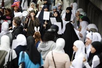 تظاهرات أمام مدرستين رسميتين في بلجيكا حظرتا الحجاب