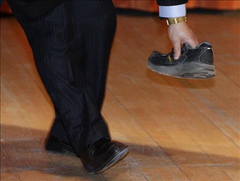 منتظر الصيني يلقي بحذائه على رئيس وزراء بلاده أثناء القائه خطابا