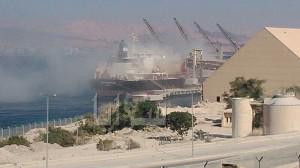 أغبرة الفوسفات تداهم سماء العقبة وناشطون يرسمون على جدران الميناء