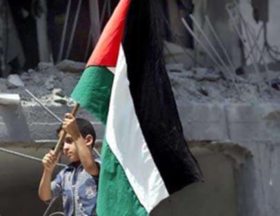لاعب تركي يضع علم فلسطين وسط الملعب تضامنا مع غزة