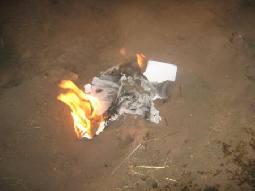 برفيسور بريطاني يعزو الحرائق في رميمين الى ترسبات مواد فحمية وعضوية وكربونية