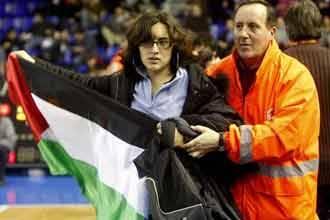 إسبان يقتحمون مباراة لكرة السلة بين ريغال برشلونة وفريق إسرائيلي تضامنا مع غزة