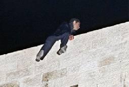 شرطي سابق يحاول الانتحار من فوق بناية في شارع وصفي التل