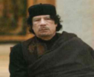 مواطن يتهم بعض المسؤولين الليبيين بنهب أموال الشعب.. في حضور القذافي