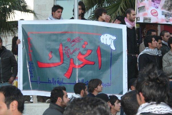 الإفراج عن 3 طلاب كانوا يوزعون ملصقات تدعو لمقاطعة البضائع الأمريكية