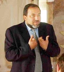 """""""ليبرمان"""" أقام صفقات تجارية ضخمة مع مسؤولين فلسطينيين في وقت كان يدعو فيه للقضاء عليهم"""