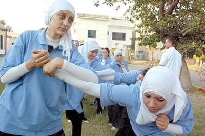 الفتيات يقتحمن مهنة الحارس الخاص في مصر ويقمن بحراسة السيدات